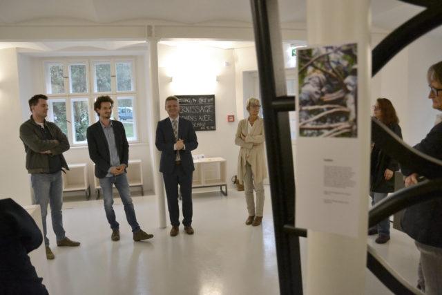 Eisenstraße-Obmann Andreas Hanger bei der Begrüßungsansprache mit Bgm. Christine Dünwald (Scheibbs), Designer Clemens Auer und Kurator Joseph Hofmarcher. Foto: eisenstrasse.info