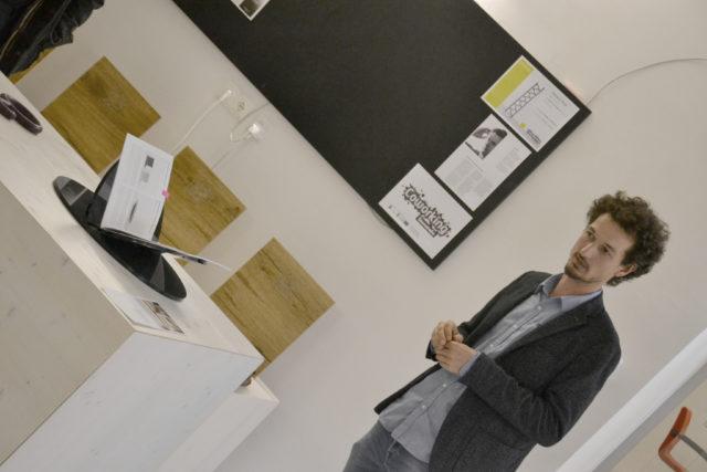 Kurator Joseph Hofmarcher erklärt die Exponate bei der Laudatio. Foto: eisenstrasse.info
